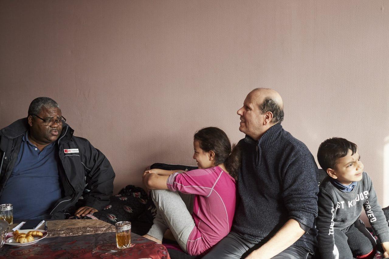 Échange entre un gardien et une famille habitant une résidence CDC Habitat.