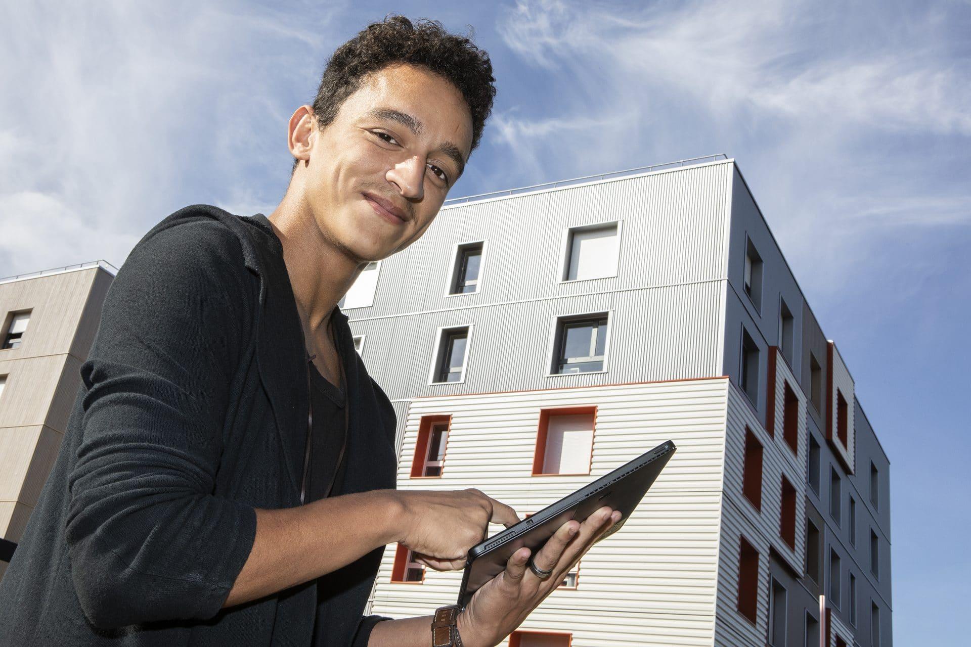 Clément Royer de vant la résidence étudiante de Noisiel
