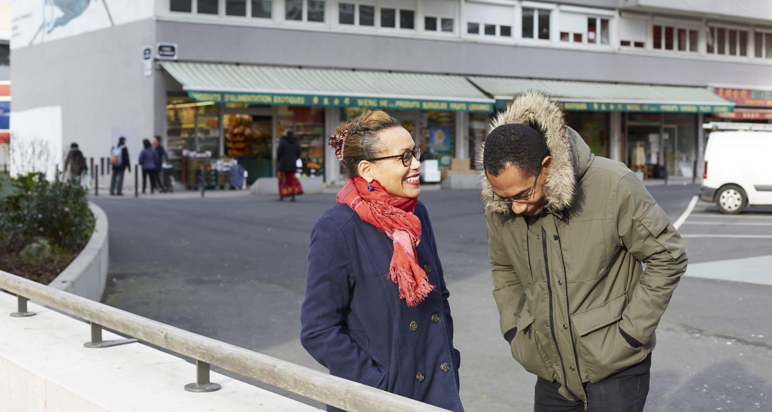 Deux personnes sourient dehors - photo réalisée par Camille Malissen