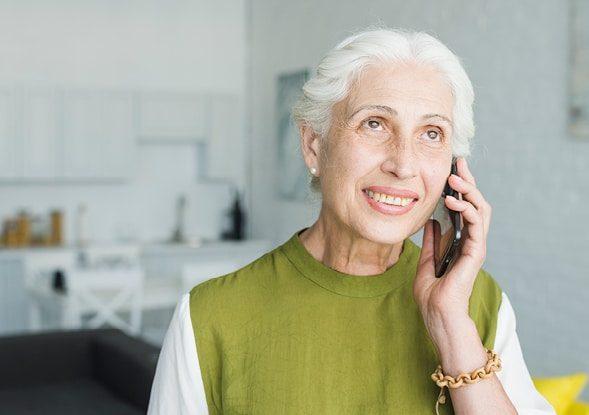 Femme aux cheveux blanc et au téléphone