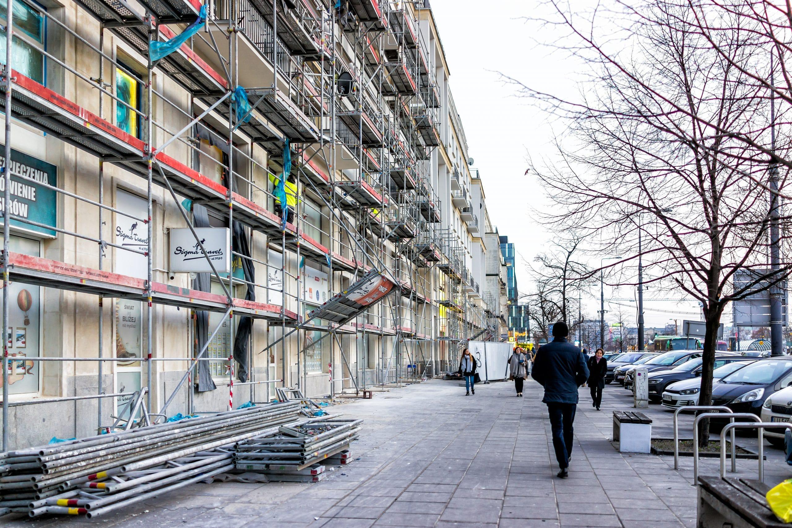 Bâtiments avec façade en travaux
