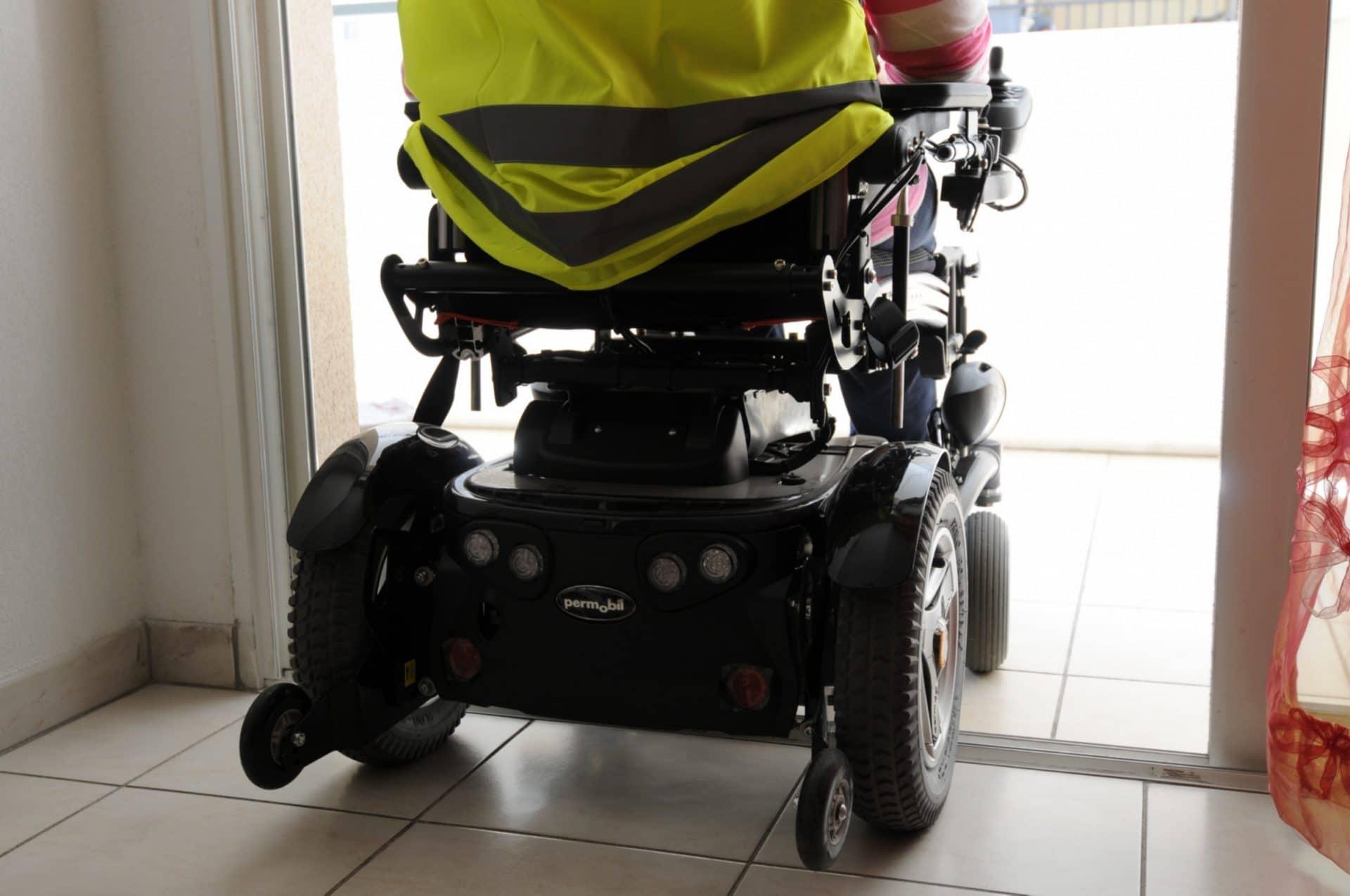 Faciliter l'accès au terrasse des personnes en situation de handicap, un exemple d'adaptation des logements à adopter pour un habitat toujours plus inclusif.